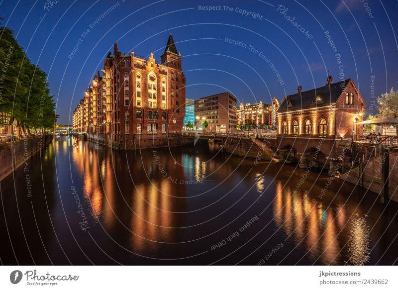 Hamburg Speicherstadt Fleetschlösschen bei Nacht schön Wasser Baum Haus ruhig dunkel Architektur Beleuchtung Deutschland Fassade Romantik Brücke historisch