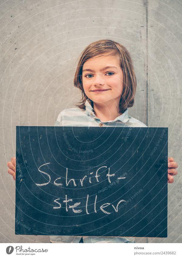 Junge mit Tafel, darauf steht Schriftsteller Bildung Kind Schule lernen Schulgebäude Schulkind Berufsausbildung Karriere Erfolg Mensch maskulin 1 8-13 Jahre