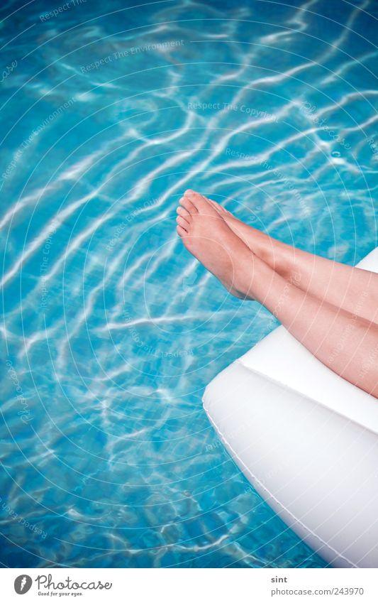 abkühlung Ferien & Urlaub & Reisen Sommerurlaub Sonnenbad feminin 1 Mensch Wasser Schönes Wetter Luftmatratze Erholung genießen liegen nass blau Gelassenheit