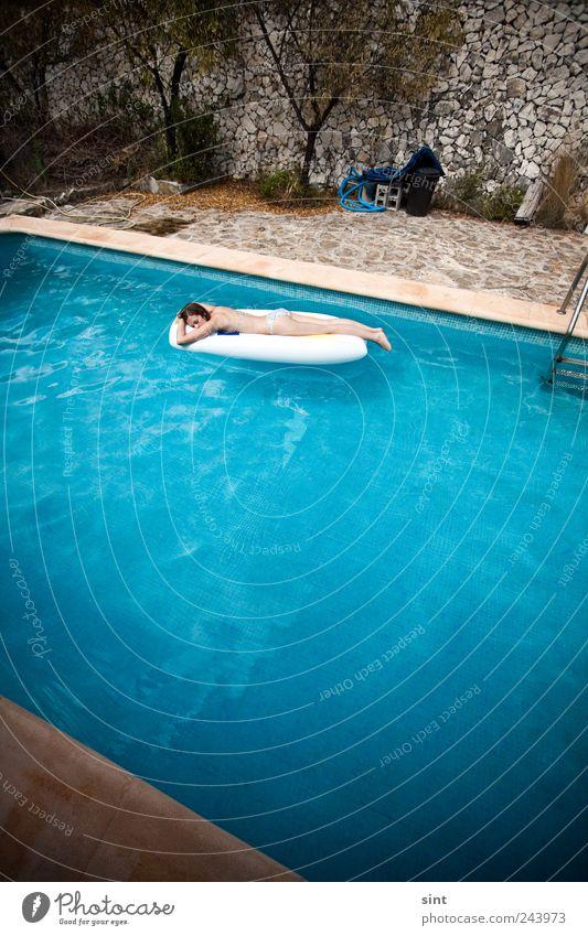 abkühlung Jugendliche Wasser blau Sommer Ferien & Urlaub & Reisen ruhig Erholung feminin Zufriedenheit Wellness Freizeit & Hobby Gelassenheit Reichtum Sonnenbad