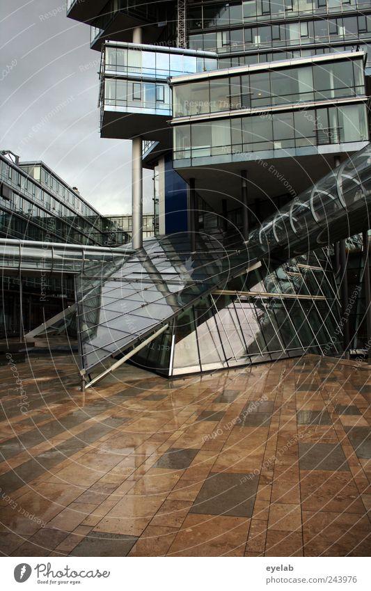 Hinterhofidylle Himmel Stadt Haus Fenster kalt Wand Architektur grau Mauer Gebäude Tür Glas Fassade Treppe modern Hochhaus
