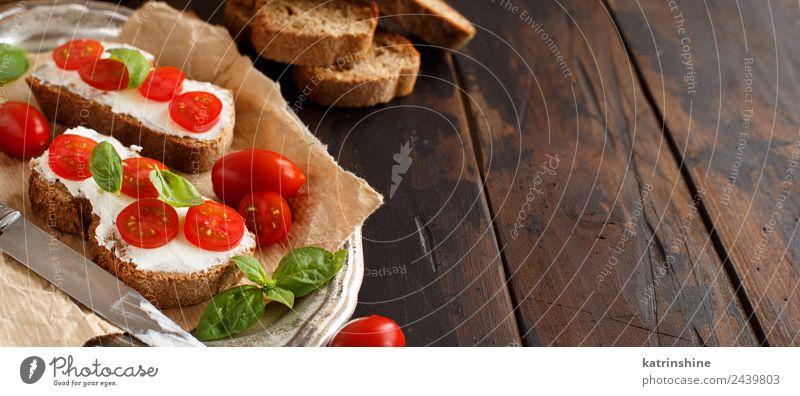 grün rot Essen Textfreiraum frisch Frühstück Essen zubereiten Brot Mahlzeit Scheibe Mittagessen Tomate Käse Snack Italienisch Belegtes Brot