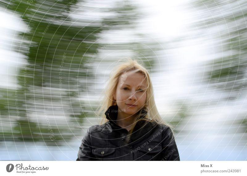 Drehwurm Spielen Mensch feminin Frau Erwachsene 1 18-30 Jahre Jugendliche Himmel drehen blond lustig Schwindelgefühl schwindelig Drehung Spielplatz Karussell