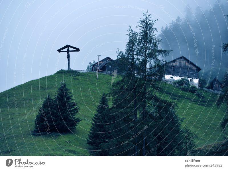 Bretagne-Wetter in Tirol Einsamkeit Wald dunkel Wiese Berge u. Gebirge Traurigkeit Regen Landschaft Nebel Alpen Tanne Kreuz Hütte Kruzifix Berghang schlechtes Wetter