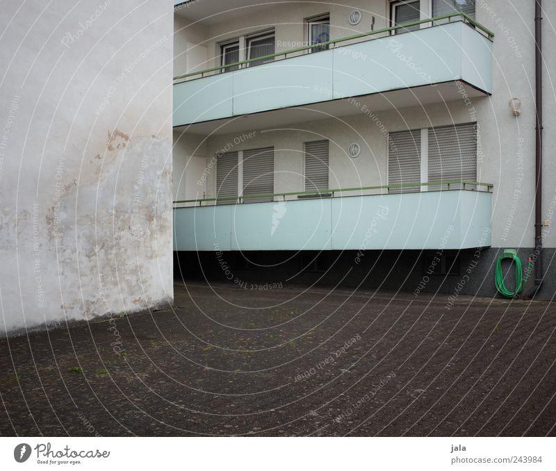 balkonien Haus Platz Bauwerk Gebäude Architektur Mauer Wand Fassade Balkon Fenster trist Stadt Farbfoto Außenaufnahme Menschenleer Textfreiraum links Tag
