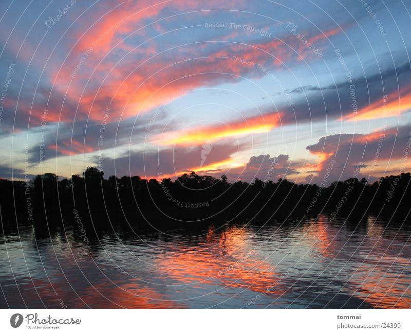 summernight Brasilien Amazonas Sonnenuntergang rot Reflexion & Spiegelung Fluss Farbe blau orange