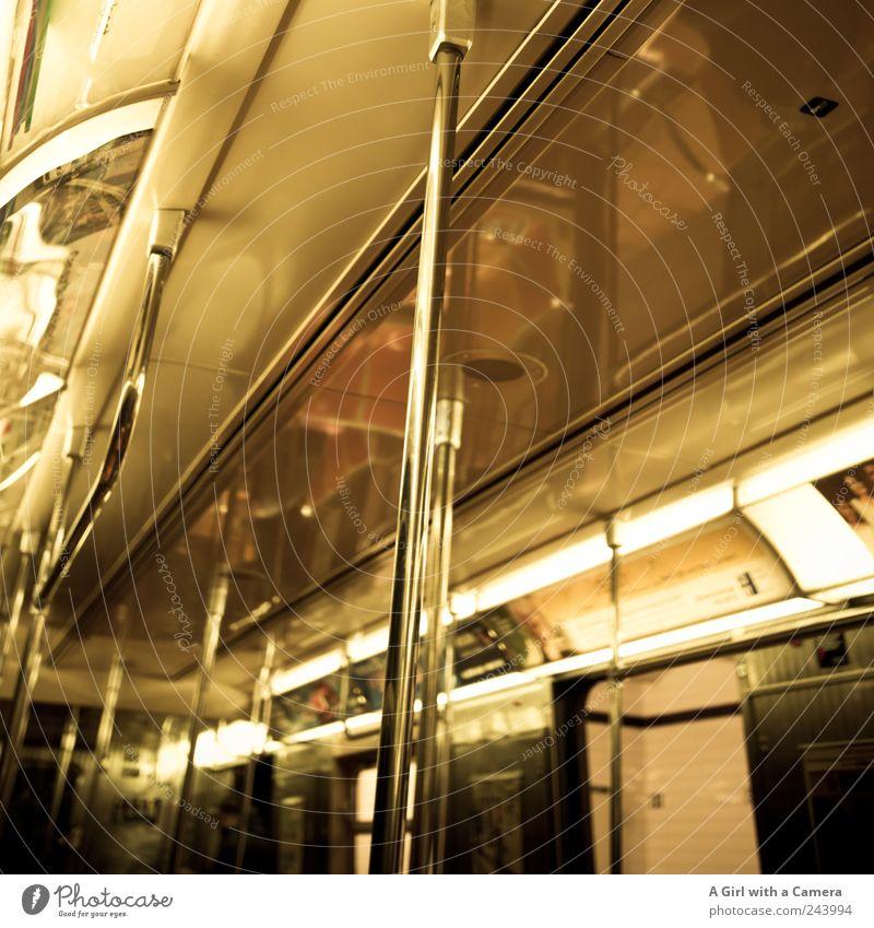 keep clear of the closing doors oben Beleuchtung gold glänzend Ausflug Verkehr authentisch fahren unten U-Bahn Tunnel Stadtzentrum Sightseeing Decke Stab