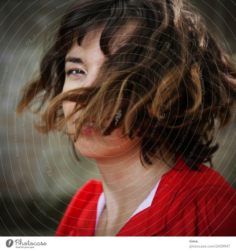 Ulreka feminin Frau Erwachsene 1 Mensch Kleid brünett langhaarig Locken beobachten Bewegung drehen Blick schön Lebensfreude selbstbewußt Leidenschaft Sicherheit