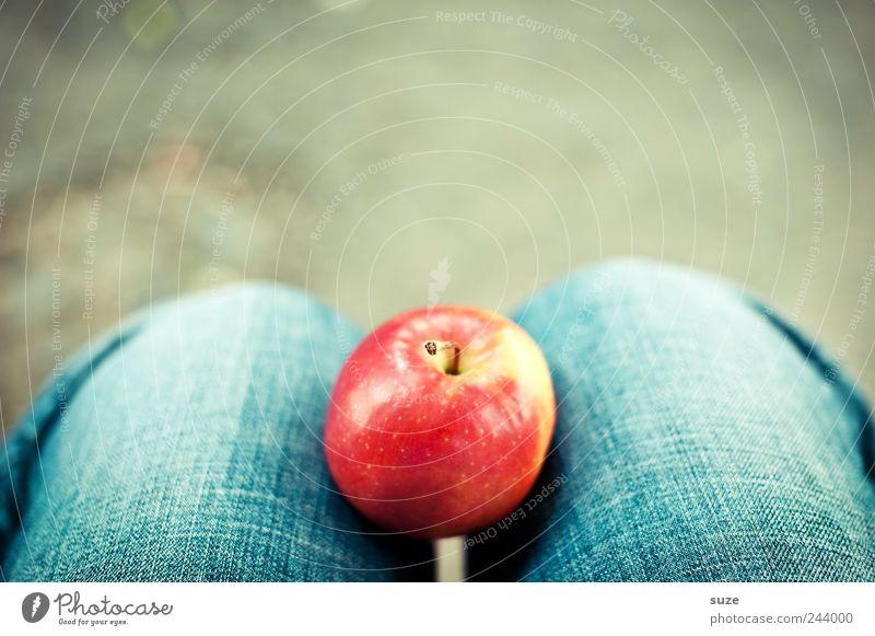 Apfel auf Knien blau rot Beine Gesundheit warten Lebensmittel Frucht Jeanshose lecker Jeansstoff Bioprodukte Paradies Erkenntnis Farbfleck fruchtig