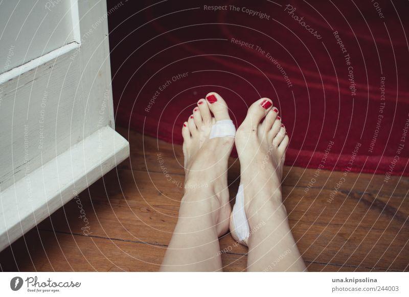 verwundet Mensch Frau schön rot Erwachsene feminin Holz Fuß liegen authentisch Schmerz Blase Barfuß Teppich Wunde Heftpflaster