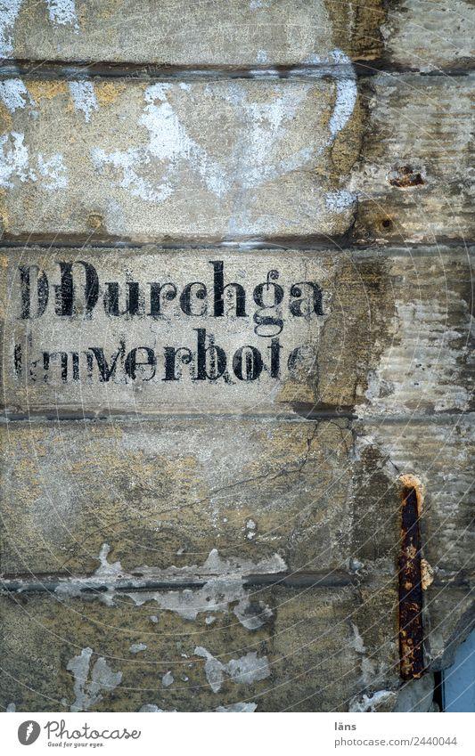 Durchgang verboten l UT Dresden Menschenleer Mauer Wand Schriftzeichen alt kaputt Senior Verbote Warnhinweis Hinweis Farbfoto Außenaufnahme Textfreiraum oben