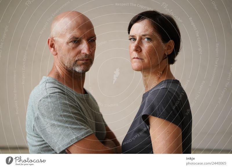 Mann und Frau Stehen sich gegenüber Erwachsene Leben Gesicht 2 Mensch 30-45 Jahre 45-60 Jahre Blick authentisch Zusammensein Wut Gefühle Stimmung Einigkeit