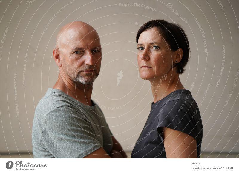 Mann und Frau stehen sich gegenüber, ernster Blick in die Kamera Erwachsene Freundschaft Paar Partner Leben Gesicht 2 Mensch 18-30 Jahre Jugendliche 30-45 Jahre