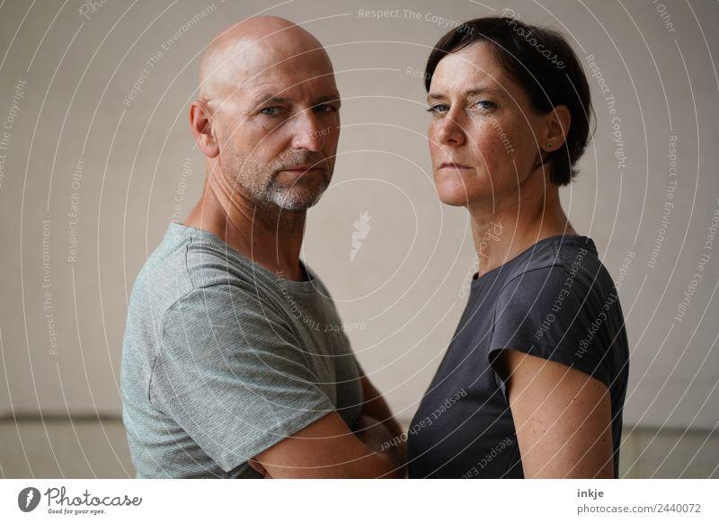 Mann und Frau stehen sich gegenüber Erwachsene Leben Gesicht 2 Mensch 30-45 Jahre 45-60 Jahre Blick authentisch bedrohlich Zusammensein Wut Gefühle Stimmung