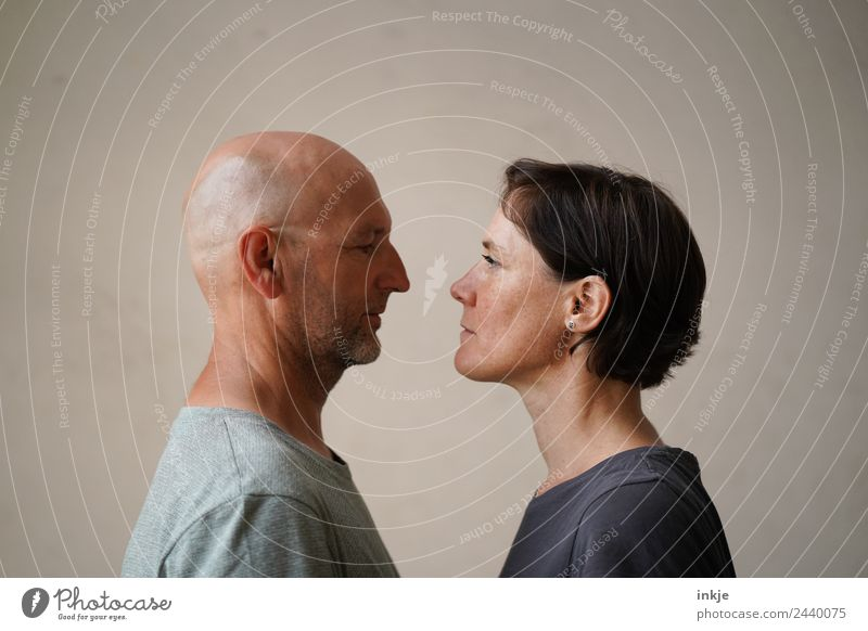 Mann und Frau stehen sich gegenüber und blicken sich in die Augen Lifestyle Freizeit & Hobby Erwachsene Leben Gesicht 2 Mensch 30-45 Jahre 45-60 Jahre Blick