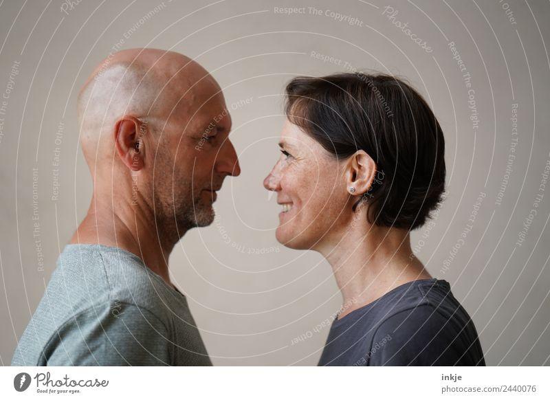 Mann und Frau stehen sich gegenüber Erwachsene Freundschaft Paar Partner Leben Gesicht 2 Mensch 30-45 Jahre 45-60 Jahre Lächeln lachen Blick authentisch