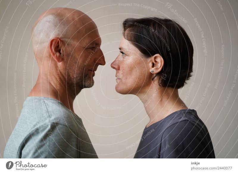 Mann und Frau stehen sich gegenüber Lifestyle Erwachsene Leben Gesicht 2 Mensch 30-45 Jahre 45-60 Jahre Blick authentisch Zusammensein Gefühle Stimmung
