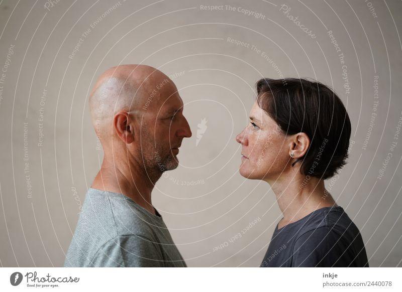 Mann und Frau stehen sich gegenüber Lifestyle Stil Freizeit & Hobby Erwachsene Freundschaft Paar Partner Leben Gesicht 2 Mensch 30-45 Jahre 45-60 Jahre Blick
