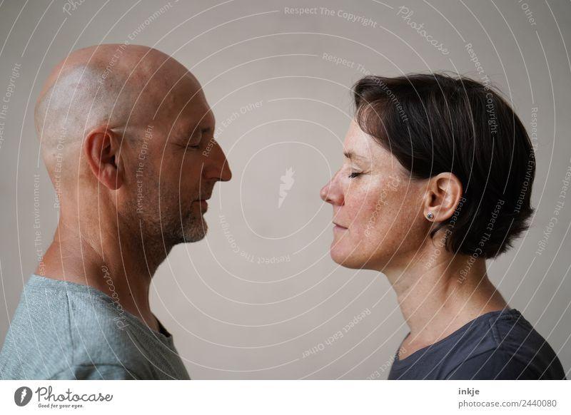 Mann und Frau stehen sich gegenüber Lifestyle Freizeit & Hobby Erwachsene Freundschaft Paar Partner Leben Gesicht 2 Mensch 30-45 Jahre 45-60 Jahre authentisch