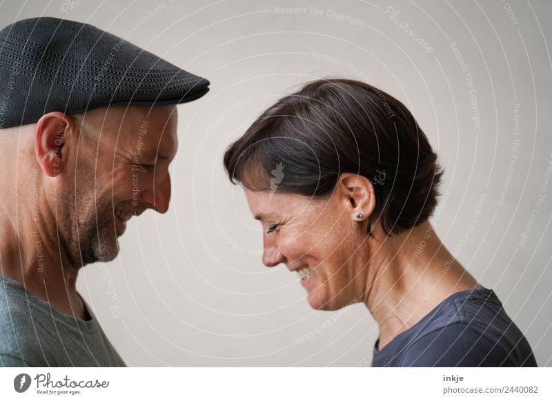 Paar steht sich gegenüber und lacht Lifestyle Stil Freude Glück Leben harmonisch Freizeit & Hobby Frau Erwachsene Mann Freundschaft Partner Gesicht 2 Mensch