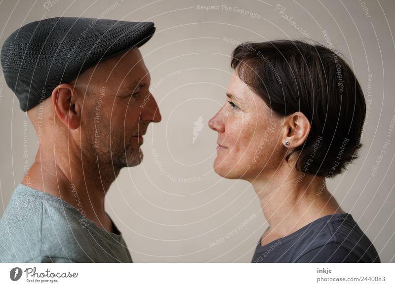 Mann und Frau stehen sich gegenüber Lifestyle Stil Freizeit & Hobby Erwachsene Leben Gesicht 2 Mensch 30-45 Jahre 45-60 Jahre Hut Mütze Lächeln authentisch