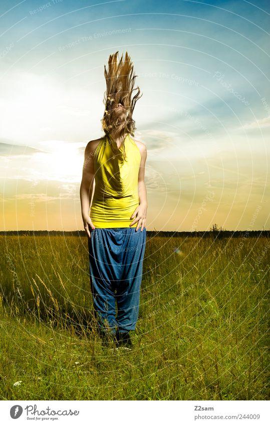 Ritual Mensch Himmel Natur Jugendliche Sommer Erwachsene Umwelt Wiese Landschaft Bewegung Stil träumen Mode Kraft blond Tanzen
