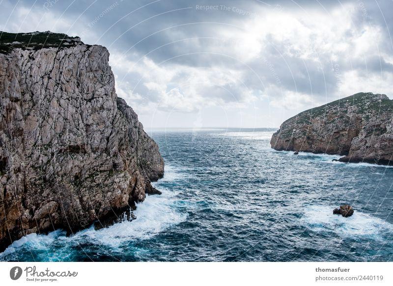 Felseninseln im Mittelmeer von schräg oben Ausflug Ferne Freiheit Sommer Meer Insel Wellen Urelemente Himmel Wolken Horizont Frühling Klima Wetter Wind Küste