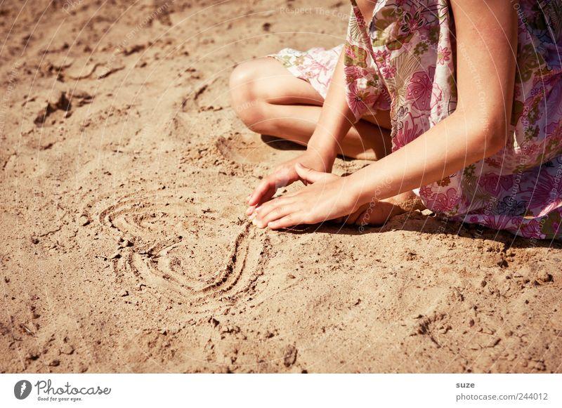 Sandherz Mensch Kind Natur Hand Sommer Ferien & Urlaub & Reisen Strand Liebe feminin Spielen Beine Kindheit Freizeit & Hobby Arme Herz