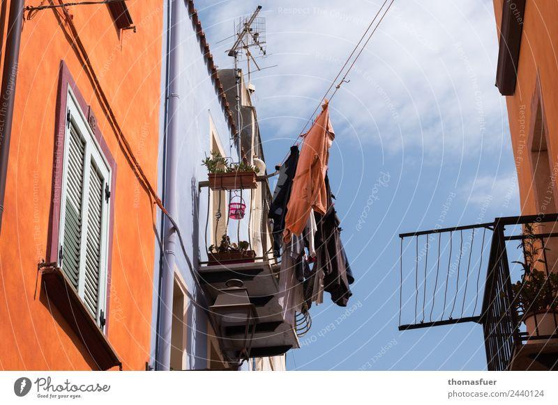 Wäsche auf Leine, pittoreske Gasse, Italien Häusliches Leben Haus Farbe Stadt Straße Wäscheleine Antenne Balkon Häuserzeile Sardinien Balkondekoration