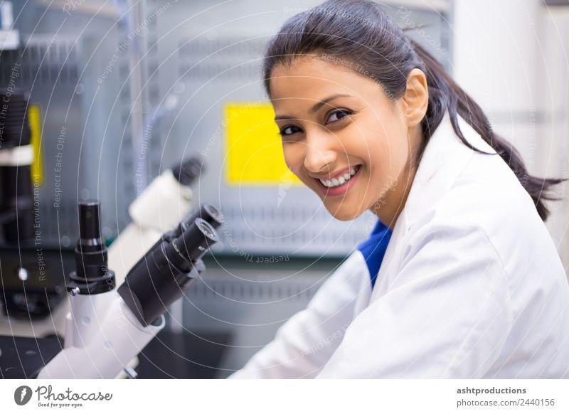 Erfolgreiche mikroskopische Arbeiten Medikament Wissenschaften Studium Labor Prüfung & Examen Arzt Gesundheitswesen Karriere Frau Erwachsene 1 Mensch