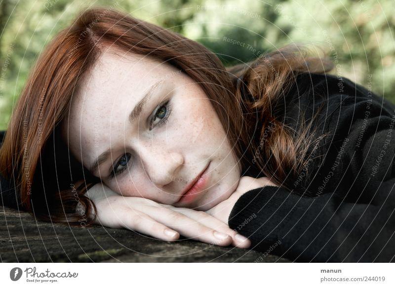 ich denk an dich Mensch Jugendliche schön Gesicht Erholung feminin Kopf Gefühle träumen Denken Traurigkeit Kindheit liegen authentisch beobachten Langeweile