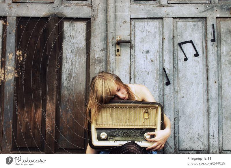 Hach die schöne Musik... Stil Lautsprecher Radiogerät Junge Frau Jugendliche Haut 1 Mensch Musik hören Tor Tür Strumpfhose blond berühren drehen genießen retro