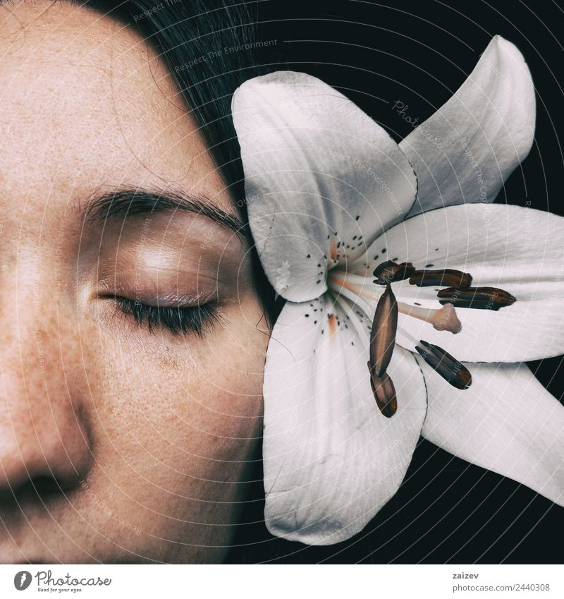halbes Mädchengesicht mit einer weißen Lilie und geschlossenen Augen Lifestyle schön Haut Gesicht Gesundheit Gesundheitswesen Erholung Windstille Duft