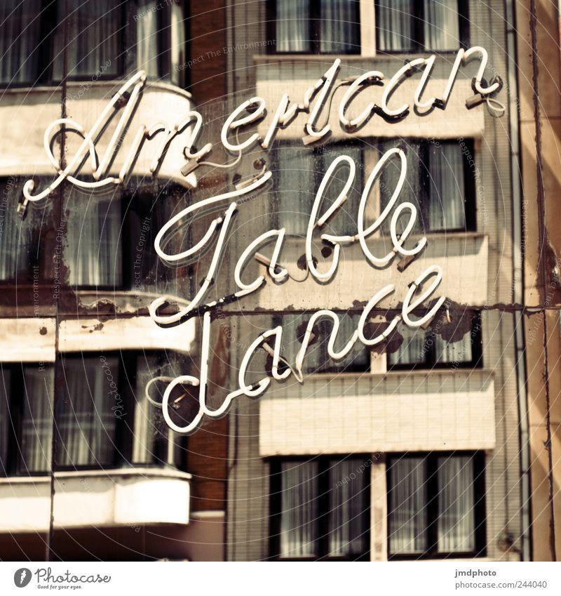 American Table dance Lifestyle Nachtleben Entertainment ausgehen Feste & Feiern Flirten Tanzen Beruf Mauer Wand Fassade Fenster leuchten dreckig Erotik Treue