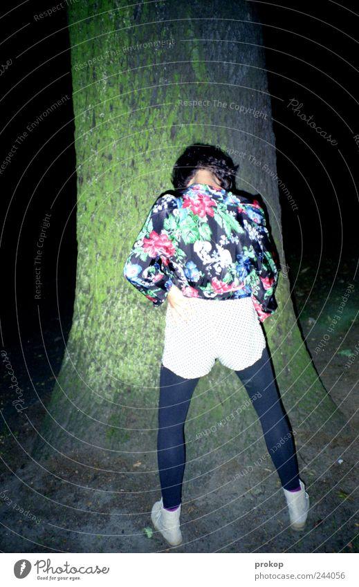 Bier wegbringen Frau Mensch Natur Jugendliche Baum Freude feminin Stil Park Umwelt Erwachsene Lifestyle Pause stehen einzigartig