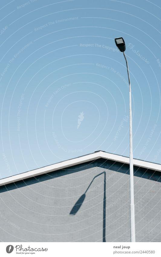 Knick-Knack Straßenlampe Wolkenloser Himmel Haus Mauer Wand Fassade Dachgiebel einfach trist blau grau Langeweile Einsamkeit rein Schatten minimalistisch