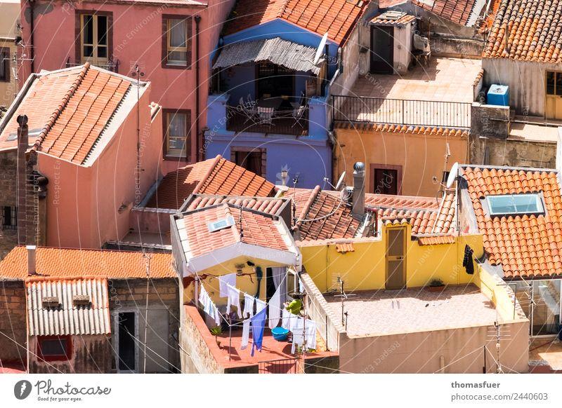pittoresker Ort von Oben mit blauem Haus Ferien & Urlaub & Reisen Sommer Schönes Wetter Bosa Sardinien Italien Kleinstadt Stadtzentrum Altstadt Skyline Mauer