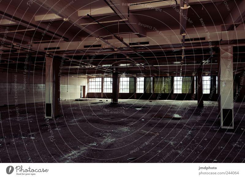verlassen Arbeitsplatz Industrieanlage Fabrik Bauwerk Gebäude Fenster alt kaputt ruhig Angst Übermut Frustration Verbitterung Ende Konkurrenz Selbstständigkeit