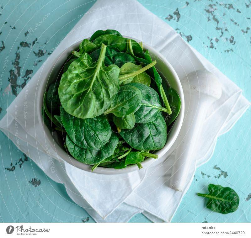frische grüne Spinatblätter Gemüse Salat Salatbeilage Ernährung Vegetarische Ernährung Diät Teller Tisch Natur Pflanze Blatt Holz Essen natürlich weiß