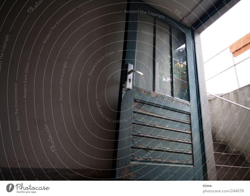 Entmuffung Keller Tür Kellertür Ausgang Eingang Geländer Treppengeländer Handtuch Innenaufnahme Farbfoto Glas Fensterscheibe Weitwinkel Kellertreppe Mauer Wand