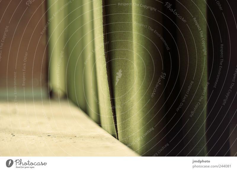 Vorhang auf alt grün ruhig Einsamkeit Wohnung dreckig Armut Häusliches Leben Stoff retro Vergänglichkeit Gelassenheit Verfall Vorhang Bühne hängen