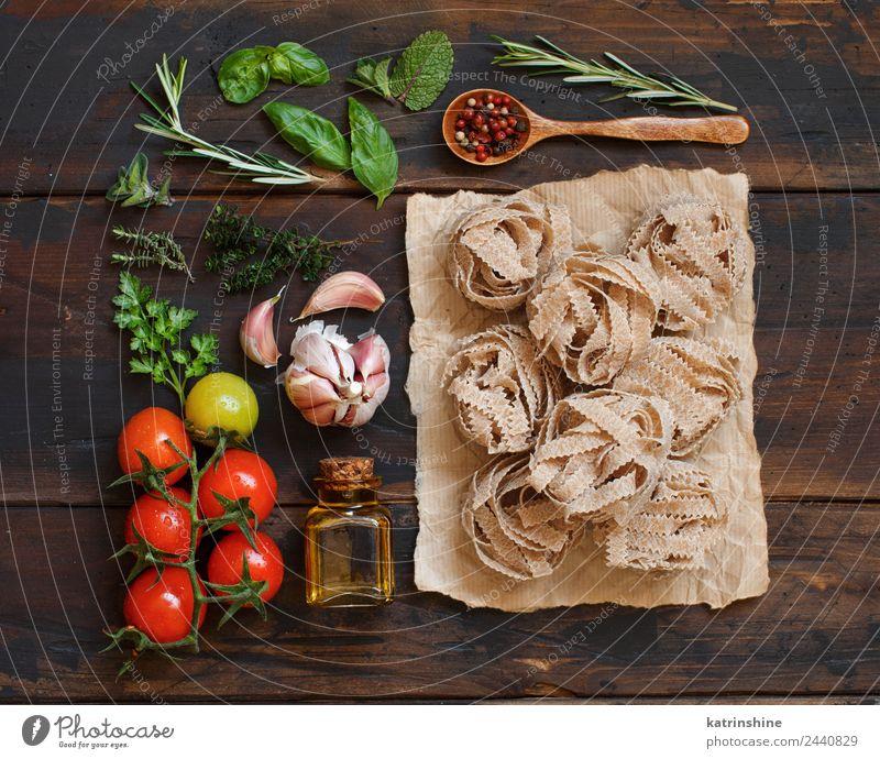 Vollkornnudeln Tagliatelle, Olivenöl, Gemüse und Kräuter Vegetarische Ernährung Diät Flasche Tisch Blatt dunkel frisch braun grün rot Tradition Essen zubereiten