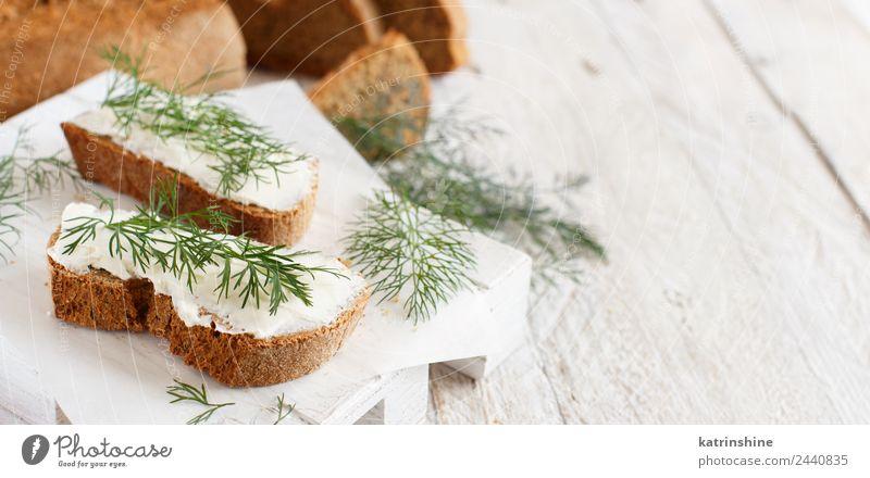 Sandwiches mit Frischkäse und frischem Dill Käse Brot Essen Frühstück Mittagessen grün Amuse-Gueule Baguette Holzplatte Bruschetta Essen zubereiten Sahne
