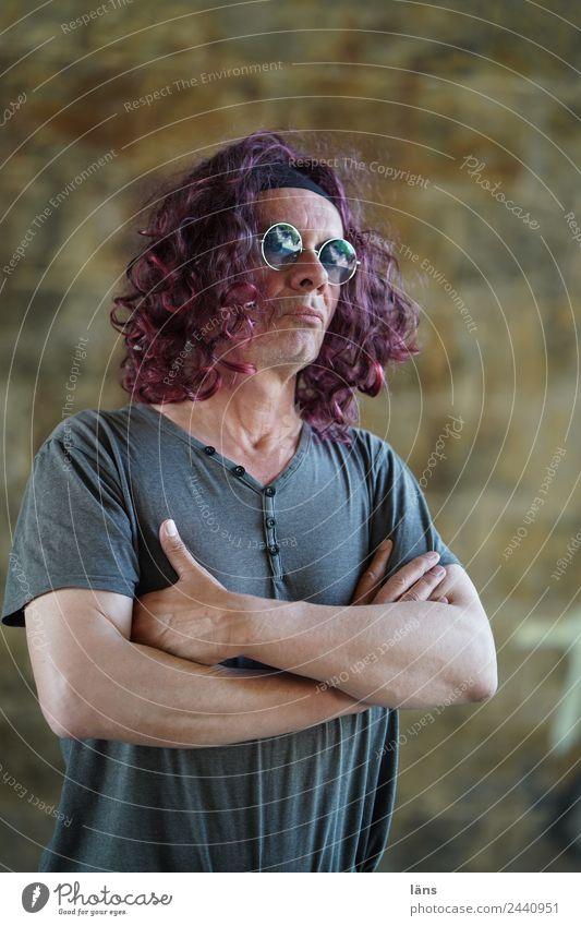 Cool l UTDresden Mensch maskulin Mann Erwachsene Leben 1 Mauer Wand T-Shirt Brille Haare & Frisuren langhaarig Locken beobachten Coolness Optimismus Kraft