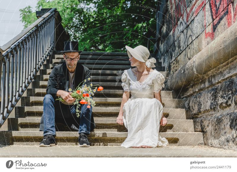 Und nu? | UT Dresden Mensch maskulin feminin Frau Erwachsene Mann Familie & Verwandtschaft Paar Partner Leben 2 Altstadt sitzen außergewöhnlich trashig Stadt