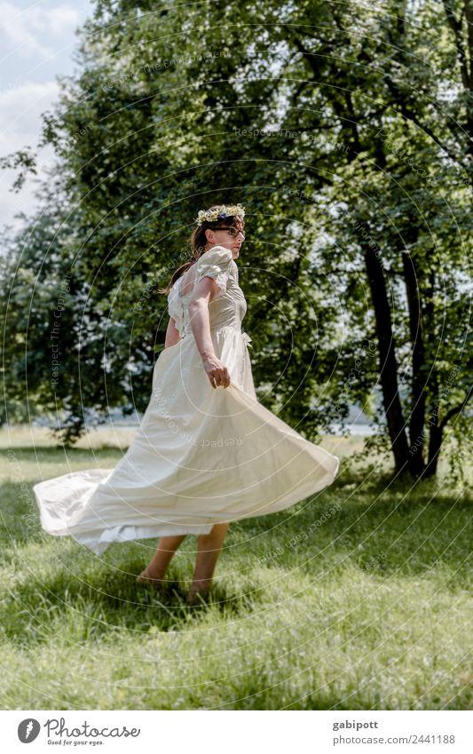 tanzende Braut | UT DRESDEN Frau Mensch Freude Erwachsene Leben Liebe natürlich Wiese feminin Glück Feste & Feiern Fröhlichkeit Lebensfreude Tanzen Hochzeit