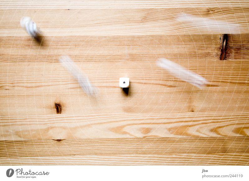 Würfel fallen Spielen Würfelspiel Tisch Holz Bewegung drehen liegen Geschwindigkeit braun weiß Holzfaser Tischplatte Holzstruktur Strukturen & Formen