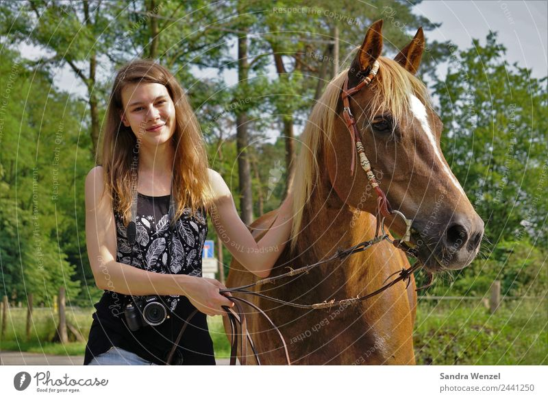 Christin und Emmi Frau Mensch Jugendliche Junge Frau Sommer Erholung Tier Freude 18-30 Jahre Erwachsene feminin Bewegung Glück gehen Freizeit & Hobby Körper