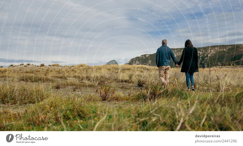 Junges Paar bei einem Spaziergang an der Küste Lifestyle schön ruhig Freizeit & Hobby Ferien & Urlaub & Reisen Winter Mensch Frau Erwachsene Mann Hand Natur