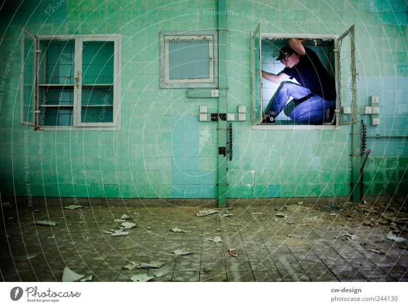 Platzhalter Mensch Mann grün dunkel Erwachsene Wand Architektur Mauer maskulin Freizeit & Hobby dreckig trist kaputt festhalten Platzangst